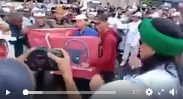 Detik-detik Saat Bendera Banteng Moncong Putih Dibakar Massa