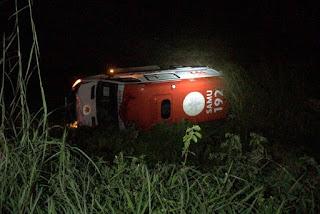 Condutor de ambulância do Samu perde controle, veículo capota e deixa enfermeiro e idosa mortos na Paraíba