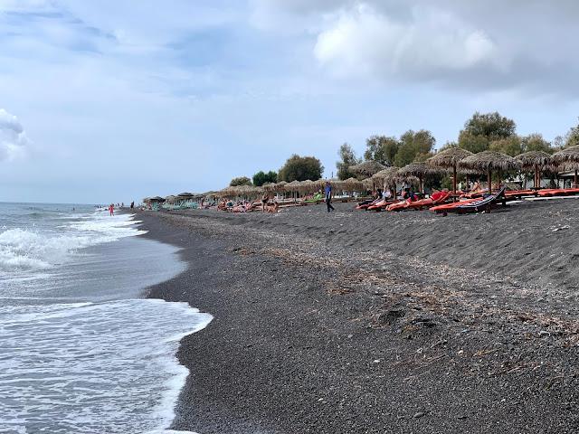 الشاطئ الاسود الرملي بريسيا Perissa Black Sand Beach