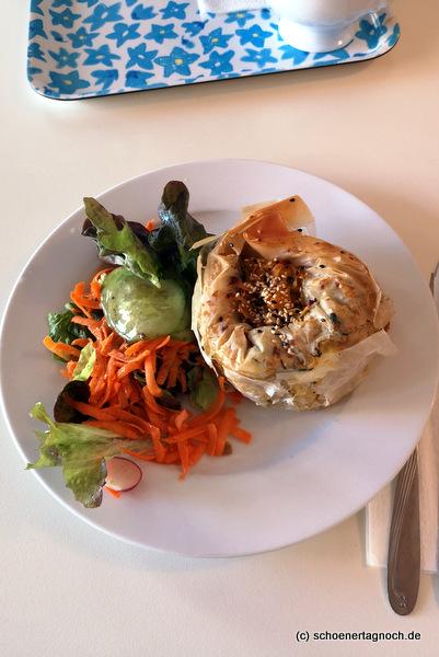 Röschti im Filoteigmantel mit Salat im Glashaus in Karlsruhe