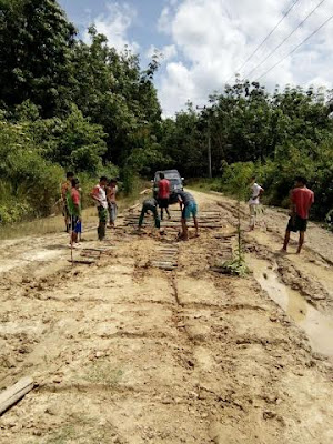Warga Desa Muara Ikan Gontoroyong Perbaiki Jalan
