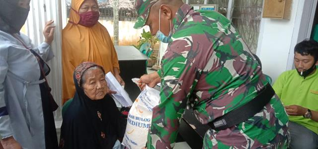 Pendampingan Pembagian Bantuan Beras PPKM Dan PKM Serta Dana BLT Oleh Personel Jajaran Kodim 0208/Asahan