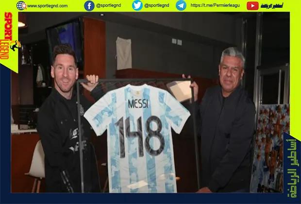 رئيس الاتحاد الأرجنتيني يقدم هدية لميسي وأغويرو