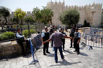 Israel proíbe acesso de homens muçulmanos a templo de Jerusalém