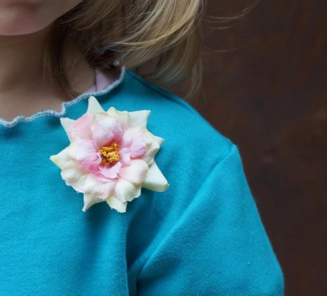 Wunderschön aussehen und sich zugleich total wohlfühlen? In der Festtagskleidung des Kindermode Labels Lia Bach gar kein Problem! Ich zeige Euch die süßen Kleider meines kleinen Mädchens und schicke Oberteile für Jungs. Unsere Kinder tragen sie total gern!