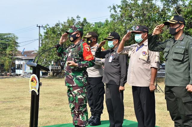 "Mojokerto - Komandan Korem 082/CPYJ Kolonel Inf M. Dariyanto memimpin apel kesiapsiagaan personel dan peralatan pendukung dalam rangka Penanggulangan Kebakaran Hutan dan Lahan (Karhutla) Wilayah Mojokerto Raya bertempat di Lapangan Desa Kemlagi, Kecamatan Kemlagi, Kabupaten Mojokerto. Jumat (25/09/2020).   Turut hadir pada acara tersebut Dandim 0815/Mojokerto Letnan Kolonel Inf Dwi Mawan Sutanto SH, AKBP Deddy Supriyadi S.I.K, M.I.K, Kapolres Kabupaten Mojokerto AKBP Donny Alexander S.I.K, M.H, Bupati Mojokerto Bapak H. Pungkasiadi. SH, Kepala BPBD Kabupaten Mojokerto Drs.H. Moch Zaini S.E. M.T .MSI serta para Kasi Korem 082/ CPYJ.   Danrem 082/ CPYJ Kolonel Inf M. Dariyanto dalam sambutannya mengatakan bahwa kegiatan ini merupakan salah satu wujud kepedulian TNI sesuai dengan Undang-undang nomor 34 tahun 2004, terkait tugas Operasi Militer Selain Perang atau OMSP TNI dalam penanggulangan bencana khususnya dalam membantu mengatasi bencana alam. ""Ada beberapa hal yang dapat mencegah terjadinya kebakaran hutan dan lahan. Yang paling utama adalah pemberian edukasi dan sosialisasi tentang bahaya kebakaran hutan dan lahan kepada warga. Berikutnya memberikan pengertian kepada masyarakat agar saat membuka ladang atau lahan pertanian jangan melakukan cara dengan membakar hutan, jangan meninggalkan bekas api unggun yang masih membara di hutan, jangan membuat arang di hutan dan jangan membuang puntung rokok sembarangan di dalam hutan,"" ujarnya.   Dikatakan Danrem, hal ini sesuai dengan 4 arahan Presiden Joko Widodo mengenai pengendalian kebakaran hutan dan lahan atau Karhutla yang telah disampaikan dalam Rapat Koordinasi Nasional atau Rakornas Pengendalian Kebakaran Hutan dan Lahan tahun 2019 yang digelar di istana negara pada Agustus 2019 yang lalu.  PERTAMA. Prioritaskan pencegahan melalui patroli terpadu deteksi dini sehingga kondisi harian di lapangan selalu termonitor dan selalu terpantau.  KEDUA.   Kepada badan restorasi gambut untuk melakukan penataan pengelolaan ekosi"