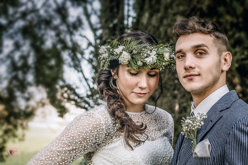 Winter elopement a Chieri,in Italia, in un bosco di cipressi