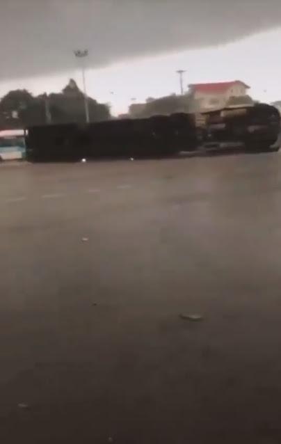 Video vụ lật công ở đường 5, đoạn qua 559 - TPHD chiều nay. Trời mưa trơn trượt mọi người chú ý an toàn !
