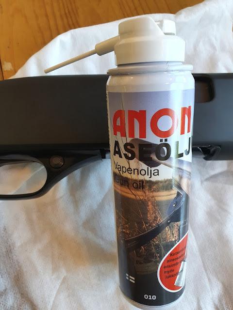 Pudasjärveläisen Juha Tenhusen kehittämästä kotimaisesta aseöljystä, jossa keraamista aseöljyä, liuotinta Anon ase Oy