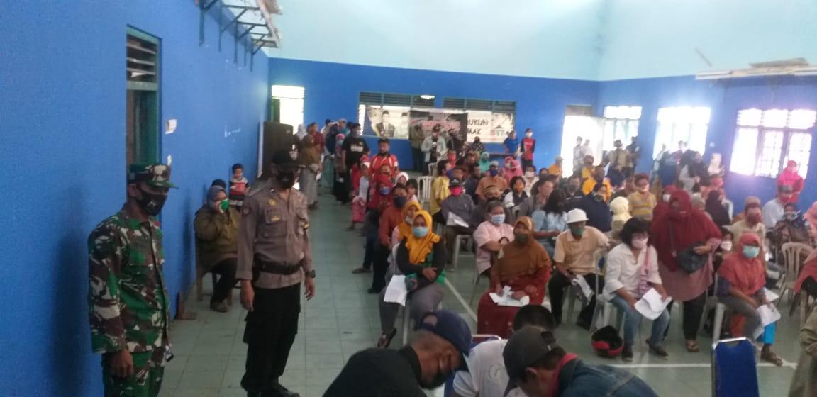 Babinsa Mranggen Dampingi Pembagian BLT Dana Desa Tahap 4 Desa Bandungrejo