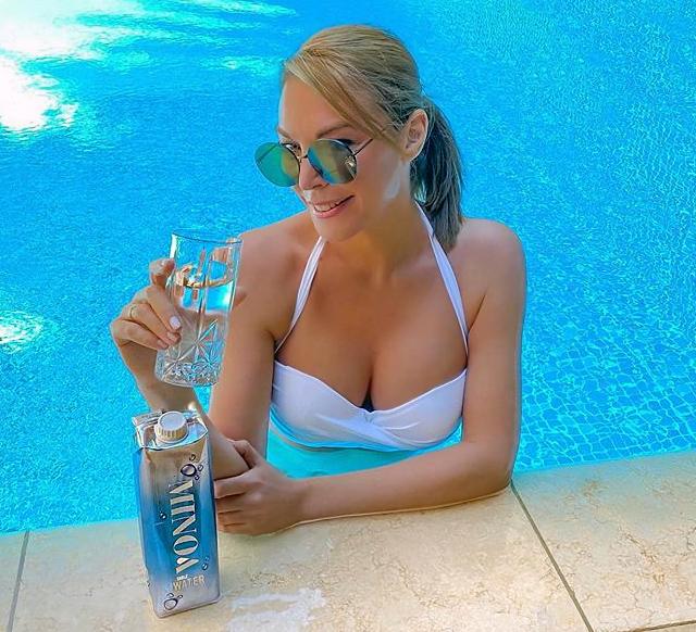 Τατιάνα-Στεφανίδου-πόζα-με-Σέξι-Μαγιό-στην-πισίνα-instagram