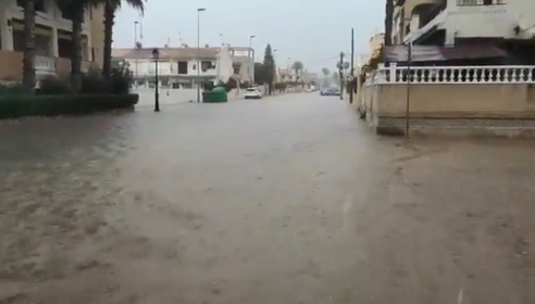 Más de 50 litros por metro cuadrado y calles anegadas en la Vega Baja