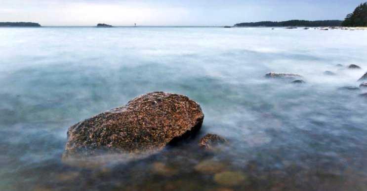 Şeytan denizi ya da bilinen diğer adıyla sütlü deniz, sudaki bakterilerden kaynaklanmaktadır.