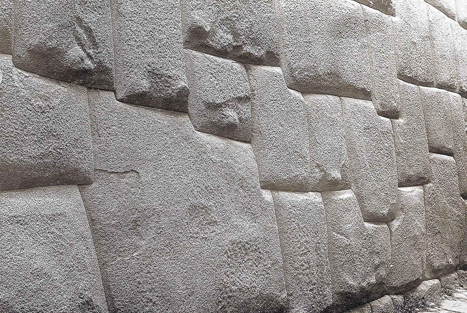 Foto antigua de la Piedra de los Doce ángulos