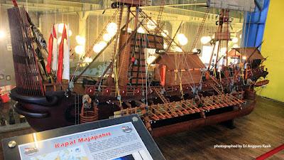 Replika kapal Majapahit.
