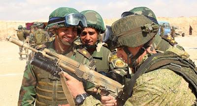 جنود مصر وروسيا يتبادلون أسلحة