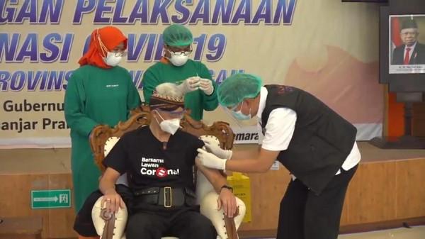 Jadi Orang Pertama yang Divaksin di Jateng, Ganjar: Kayak Dicokot Semut