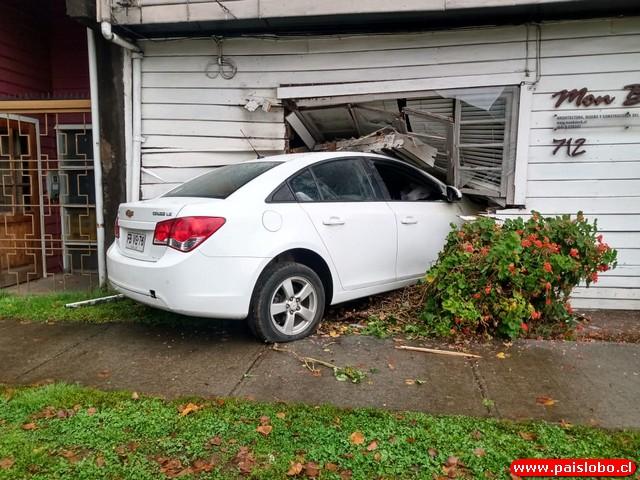 automóvil incrustado en una vivienda