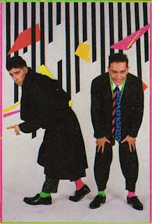 Imagen del dúo italiano Righeira. Trajes negros, calcetines rosas y verdes, corbatas multicolores... ¿horteras ochenteros?...