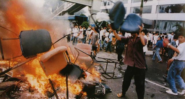 Kerusuhan Mei 1998 - Pendemo membakar perabot kantor di jalanan