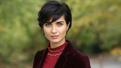 النجمة التركية توبا بويوكستون تطلّ بالكمامة وتوجه نصيحة للجمهور