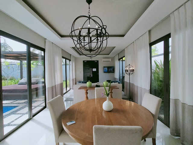 Ruang makan holiday villa