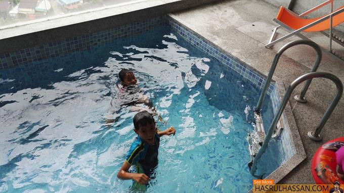 Mandi Kolam Di Hotel Lima Bintang Penang