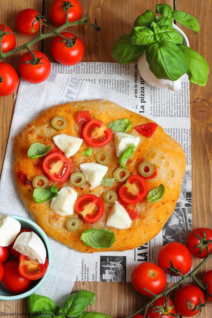 Pizza al filetto di pomodori e bocconcini di bufala