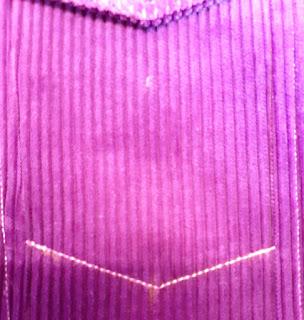 Stiksel aan de voorkant van het pand van naad tot naad