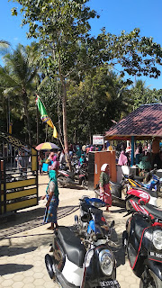 Ratusan warga padati Kantor Desa Sekotong Tengah.