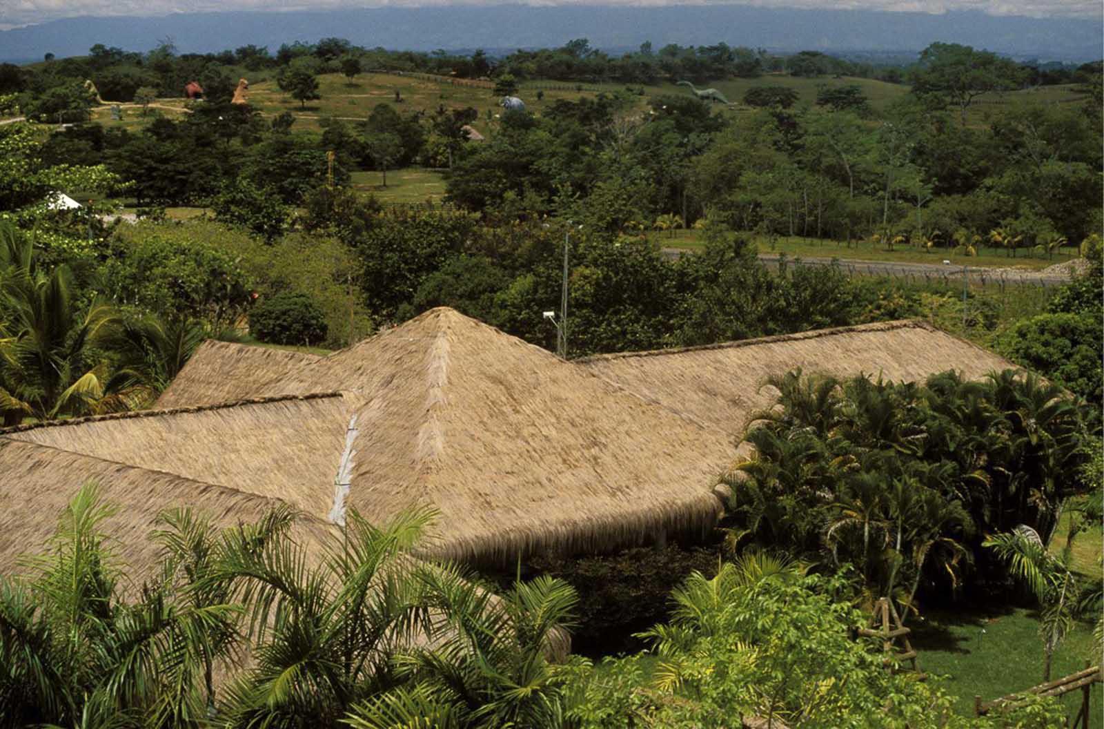 Una porción de los terrenos de la hacienda, con esculturas de dinosaurios visibles en la distancia.
