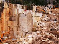 Tubuh Karyawan Marmer Hancur Saat Excavator Dikendarainaya Jatuh Diketinggian 100 Meter