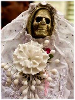 Resultado de imagen para mujeres vestidas de blanco con rosas rojas en la mano