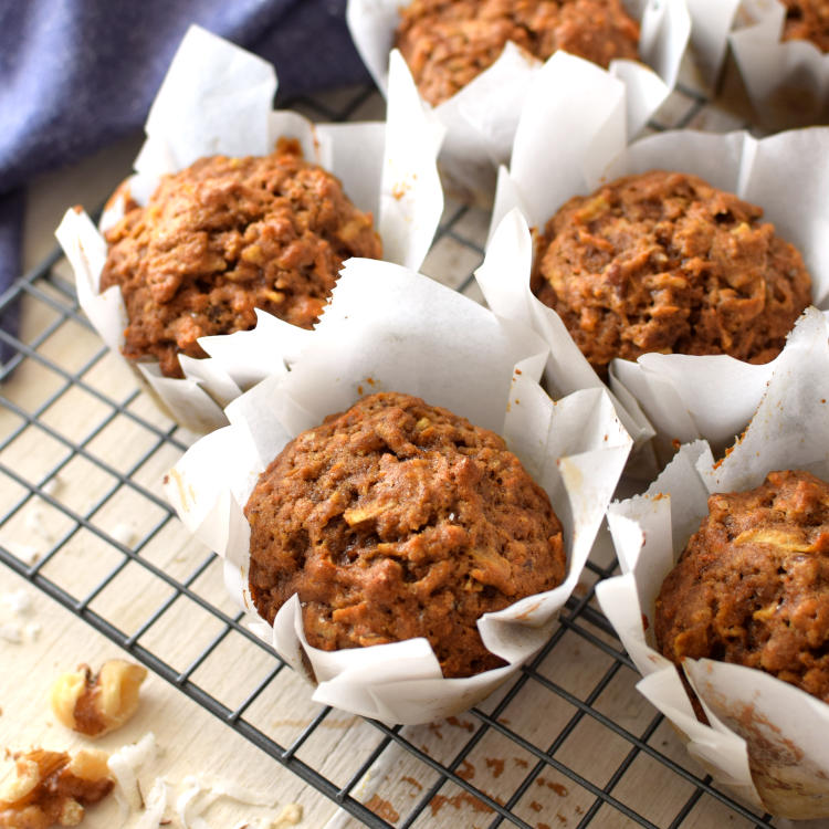 Receta para preparar muffins integrales de manzana, zanahoria y coco