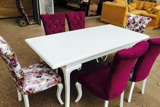 Meja Makan Minimalis Kayu Jati Merah Kain Beludru Merah dan Batik Bunga