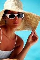 Mujer con lentes de sol con protección UV y sombrero