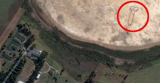Pênis gigante de 85 metros aparece em lago seco na Austrália