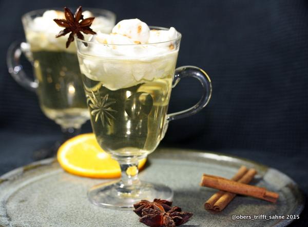 Weißer Glühwein mit Zimtsahne