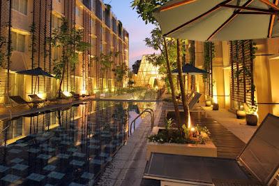 suasana kolam hotel terlihat nyaman buat bersantai