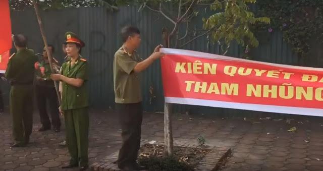Hà Nội: Công An về hưu bị cướp đất? - căng băng rôn đòi quyền lợi đất đai