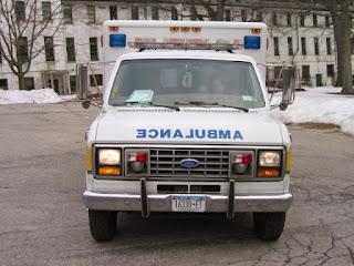 """لماذا تُكتب كلمة """"إسعاف"""" مقلوبة على سيارات الاسعاف؟"""