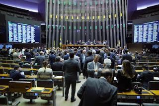 Câmara flexibiliza reforma a mulheres e policiais; veja destaques votados