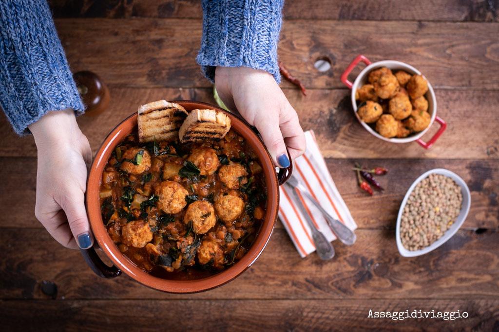 Zuppa piccante di polpette con lenticchie, cavolo riccio e radici