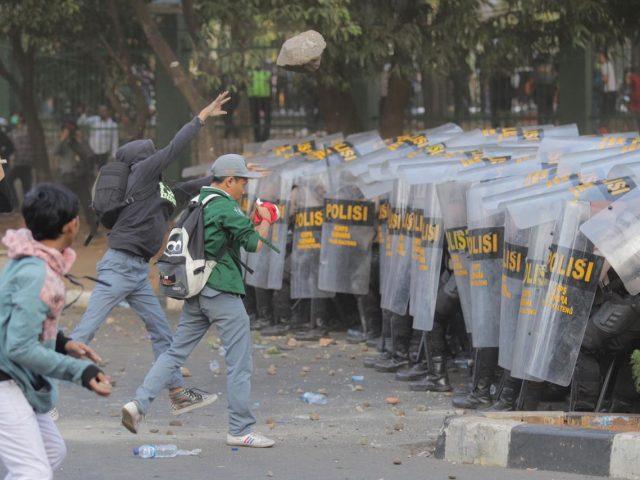 Hendak Menuju Gedung DPR, Pelajar STM Lempari Batu ke Mapolda Metro Jaya