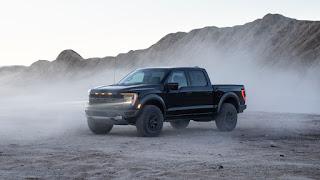 Ford , yeni Raptor'un beygir gücü ve tork numaralarını henüz yayınlamadı , ancak ikiz turboşarjlı 3.5 litrelik V6'nın, 450 ve 510 rakamlarını yayınlayan son nesil modelden daha fazlasını üretmesini bekliyoruz. sırasıyla. PowerBoost hibrit sisteminin 430 beygir gücü ve 570 pound-feet tork değerine sahip olması ilginçtir . Raptor'a daha fazla homurtu vermek, onunla melez kardeşi arasındaki boşluğu genişletmelidir.