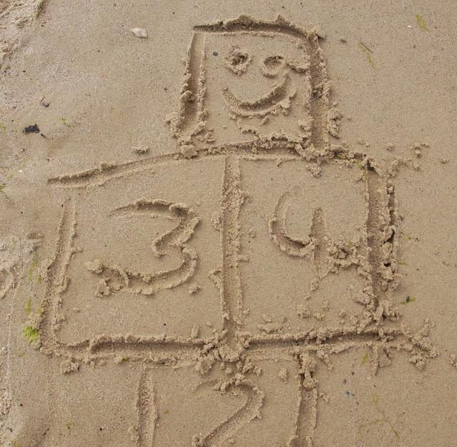 3 weitere Strandspiele, für die Ihr nichts als Eure Hände braucht - plus eine witzige Extra-Idee. Auf Küstenkidsunterwegs zeige ich Euch drei weitere spannende Spiele für den Strand, die Kindern und Erwachsenen Spaß machen und für die Ihr nichts extra mitschleppen müsst, sondern nur Sand, Steine und Muscheln benötigt.