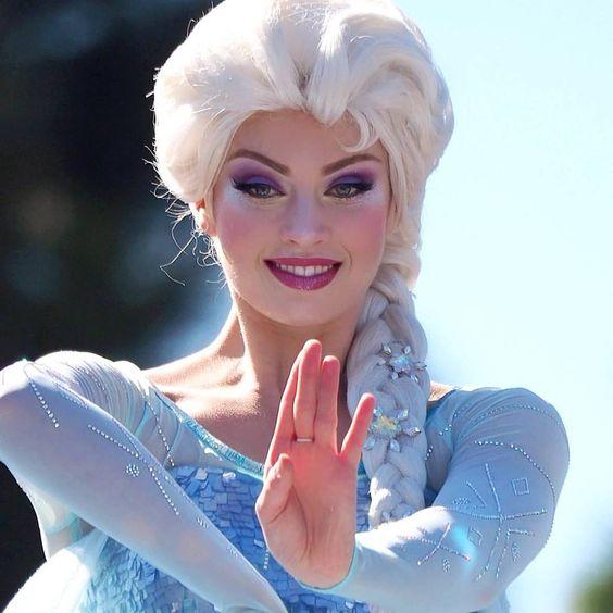 Se você gosta de maquiagem e quer ficar igual a uma princesa, essas inspirações são para você. As princesas da Disney são lindas e charmosas, cada uma tem uma make linda que dá para reproduzir perfeitamente. Você pode se inspirar em Ariel, Bela, Jasmine, Branca de neve, Elsa, Cinderela, Rapunzel, Tiana, Fiona e Merida.