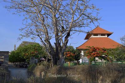 Area parkir dan wantilan dekat Pantai Gunung Payung
