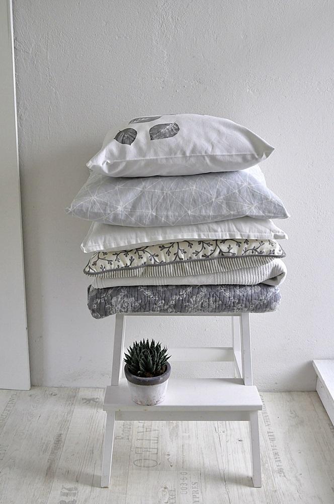 Smillas Wohngefuehl Kissen auf Hocker Schlafzimmer einrichten