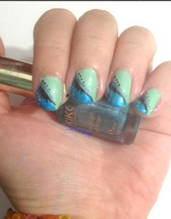wavy_blue_nail_art